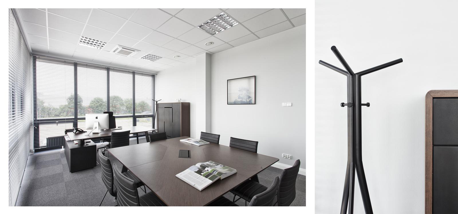 Biurka i wieszak - wnętrza firmy POLNET